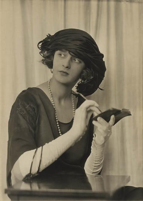 "Cartoline ""Vintage"" - Pagina 2 1922s-photo-by-charles-gates-sheldon-gloves-hat1"
