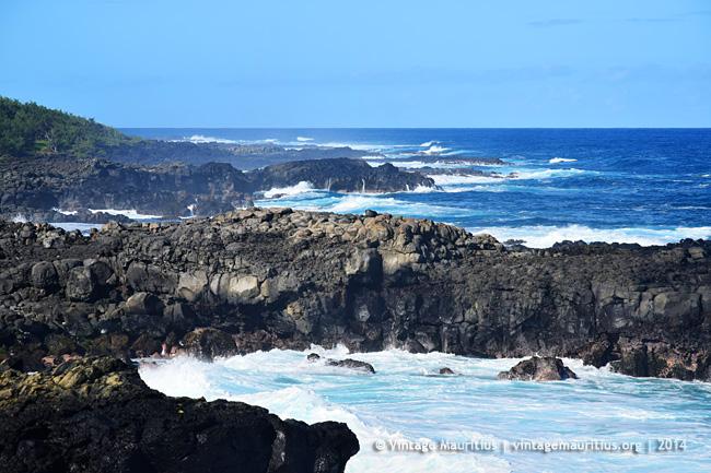 un site touristique par blucat (30juillet)trouvé par ajonc Pont-Naturel-Mauritius-Crashing-Waves-Cliffs-2014