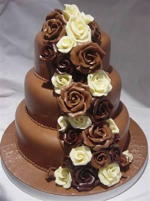 Dekoracije na tortama Cokoladne-svadbene-torte-ukrasene-cvijecem