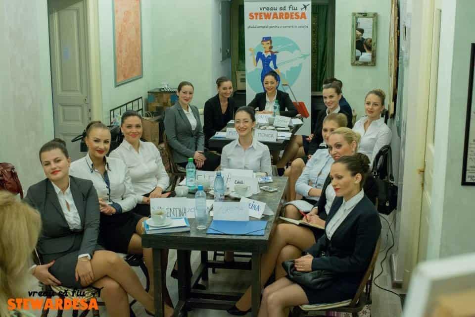 CE PRESUPUN CURSURILE DE PREGĂTIRE PENTRU VIITORI ÎNSOȚITORI DE BORD? Training-stewardese