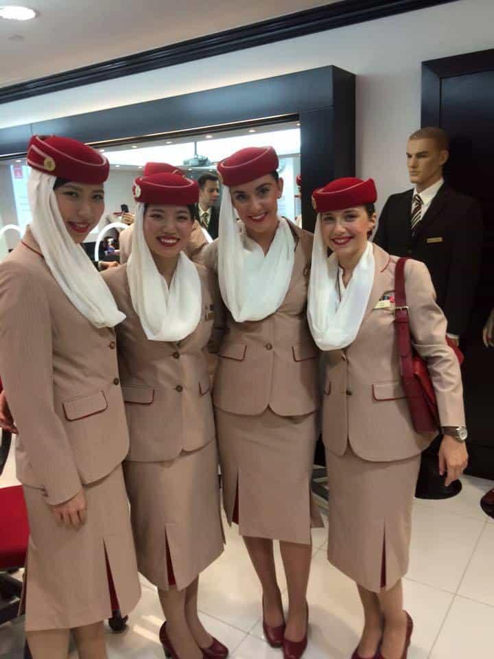 CE PRESUPUN CURSURILE DE PREGĂTIRE PENTRU VIITORI ÎNSOȚITORI DE BORD? Stewardesa-Emirates1