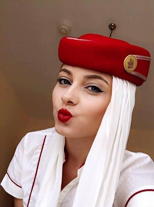 CE PRESUPUN CURSURILE DE PREGĂTIRE PENTRU VIITORI ÎNSOȚITORI DE BORD? Stewardesa-Emirates-e1465544816945