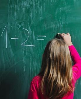 Pergunta que não se cala: Por que essas marcas fracas, são top de vendas nas lojas? - Página 4 Midia-indoor-educacao-escola-basico-crianca-educar-estudar-estudante-lousa-escrever-ler-fundamental-matematica-infancia-aula-ensino-instrucao-educacional-elementar-aprender-1270567958215_275x335