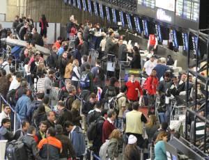 plano - [Brasil] Com mais check-in e aviões, plano contra apagão começa na 5ª Midia-indoor-tv-celular-wap-guarulhos-aeroporto-cumbica-neblina-cinzas-vulcao-puyehue-voos-cancelados-cancela-aviao-viagem-passageiros-passageiro-check-in-embarque-espera-1308162116433_300x230