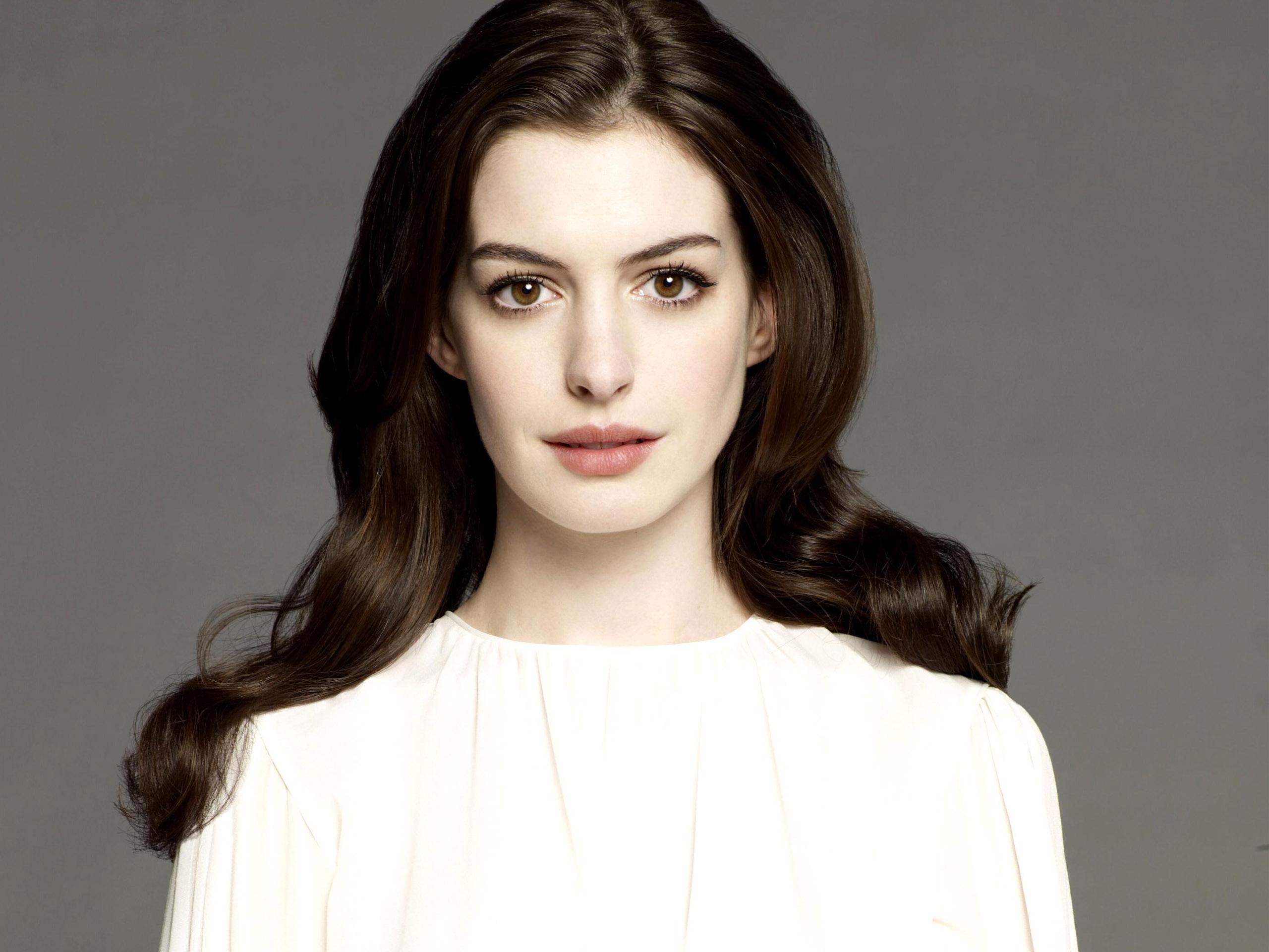 Lieblingschauspielerin in welchen Film !!!!!! Anne-Hathaway-White-Shirt