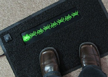 L'univers des Geeks - Page 4 %E2%80%9CBack-Off%E2%80%9D-LED-Space-Invaders-Door-Mat