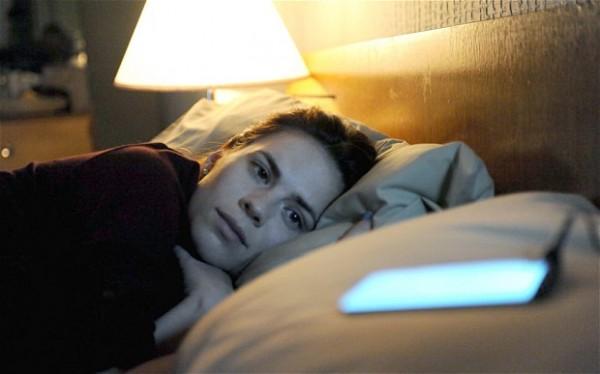 Ovo su stvari koje radite svaki dan pogrešno.. Mobilni-devojka-krevet-600x374