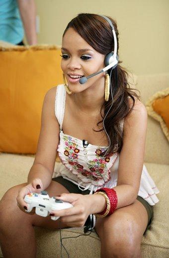 MEGADRIVE vs SUPER NINTENDO : Fight ! - Page 3 Rihanna-plays-video-games
