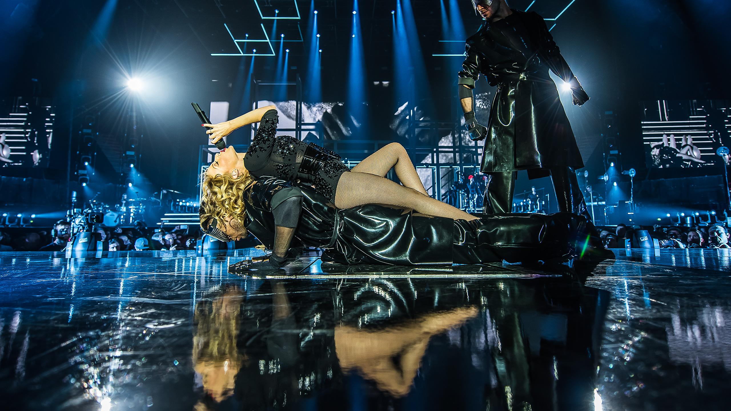 "Gira >>> ""Kiss Me Once Tour"" - Página 16 Kylie-wp2-2560x1440"