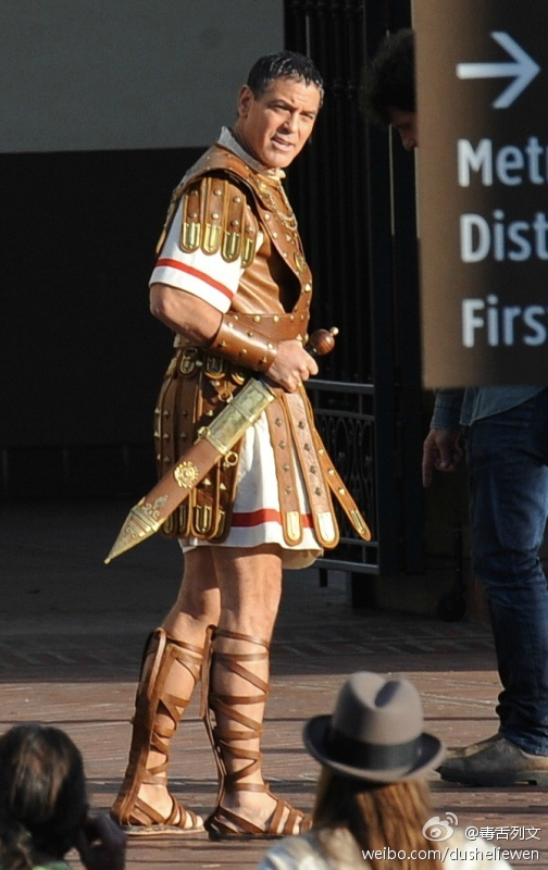 Hail Caesar filming in L A - George Clooney on the set - Page 2 5a3fe34ajw1en0xvxucvhj20e00m8gp0