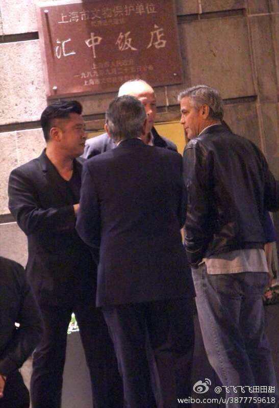 George Clooney walks with some friends through the center of Shanghai E721ea82jw1eggk9s3d68j20f70m8wgi