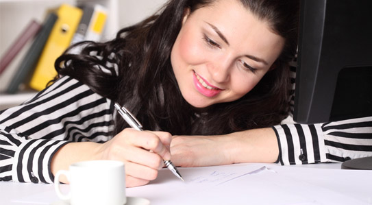 MI BLOC, QUE NO BLOG - Página 7 Mujer-cabello-castano-con-blusa-rayada-escribiendo-sus-deseos