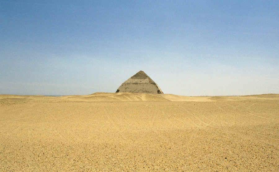 [Fan-Fiction] L'Autre Monde - Page 3 Bent_pyramid_distant