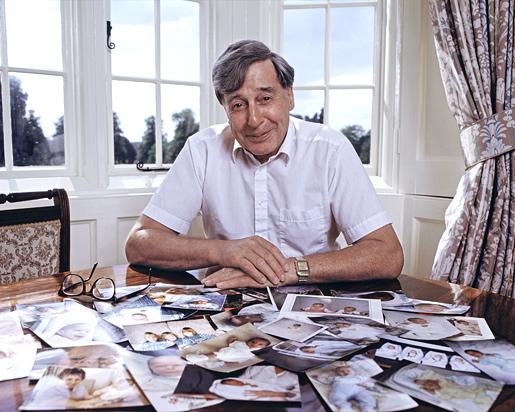 الحائز على جائزة نوبل في الطب 2010 بالصور Edwards_desk_photo