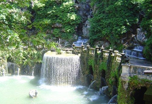 ساصطحبكم معي Une-des-nombreuses-fontaines-d-ela-villa-d-este-a-tivoli-visoterra-18665