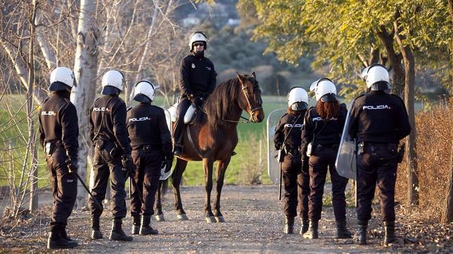 El primer calendario solidario de la Policía Nacional recaudará fondos para Adrián Calendario-policia3--644x362