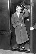 El «ridículo» robo del cadáver de Chaplin  Chaplin-1946--146x220