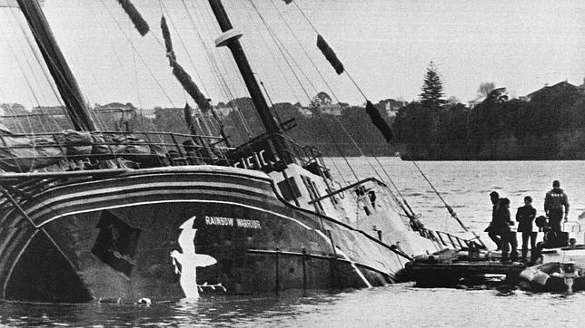 Un espía francés que mató a un fotógrafo al hundir un barco de Greenpeace, 30 años después pide perdón. Guerrero-arcoiris-hundido--644x362