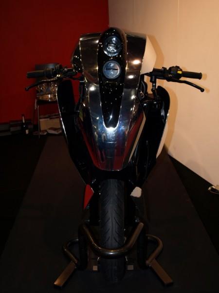 Agility Saietta : Encore une moto électrique du futur non conventionnelle ! Par Florian LOPEZ  Agility-Saietta-face-2-salon-450x600