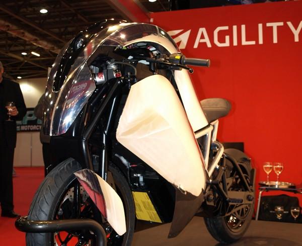 Agility Saietta : Encore une moto électrique du futur non conventionnelle ! Par Florian LOPEZ  Agility-Saietta-face-salon