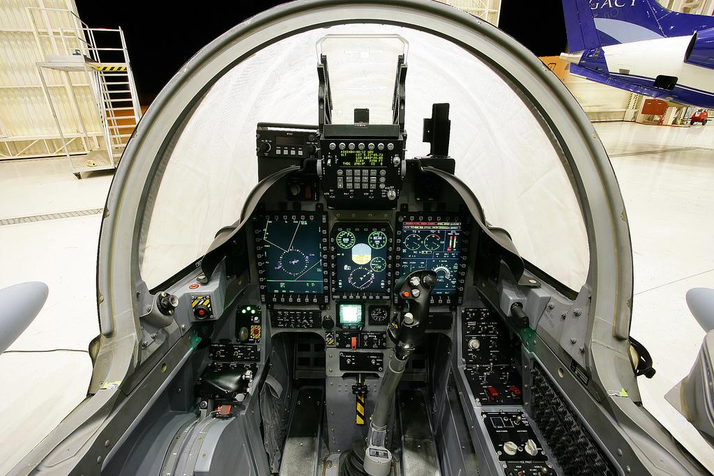 retour des avions d´attaque légers COIN/Light Attack Cockpit-do-A29-Super-Tucano
