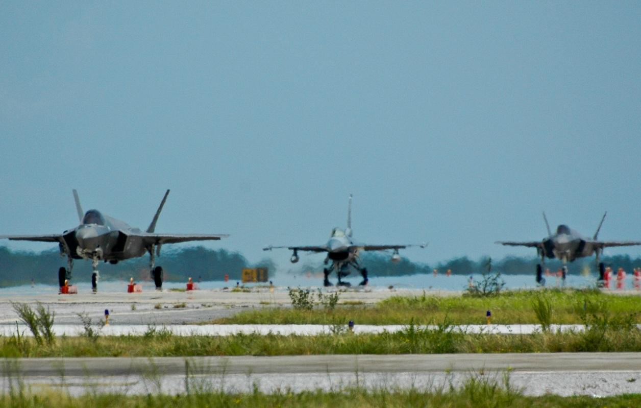 JSF F-35 Lightning II - Page 17 F-35-e-F-16-em-Eglin-foto-USAF