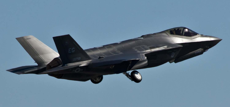 JSF F-35 Lightning II - Page 19 F-35-primeiro-voo-de-treinamento-em-Eglin-foto-2-USAF