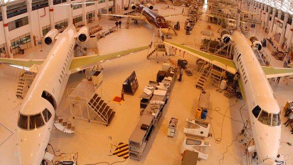 [Brasil] Pesquisa aponta Embraer como a melhor empresa para inciar a carreira em 2013 Linha-montagem-embraer-20100602-size-598