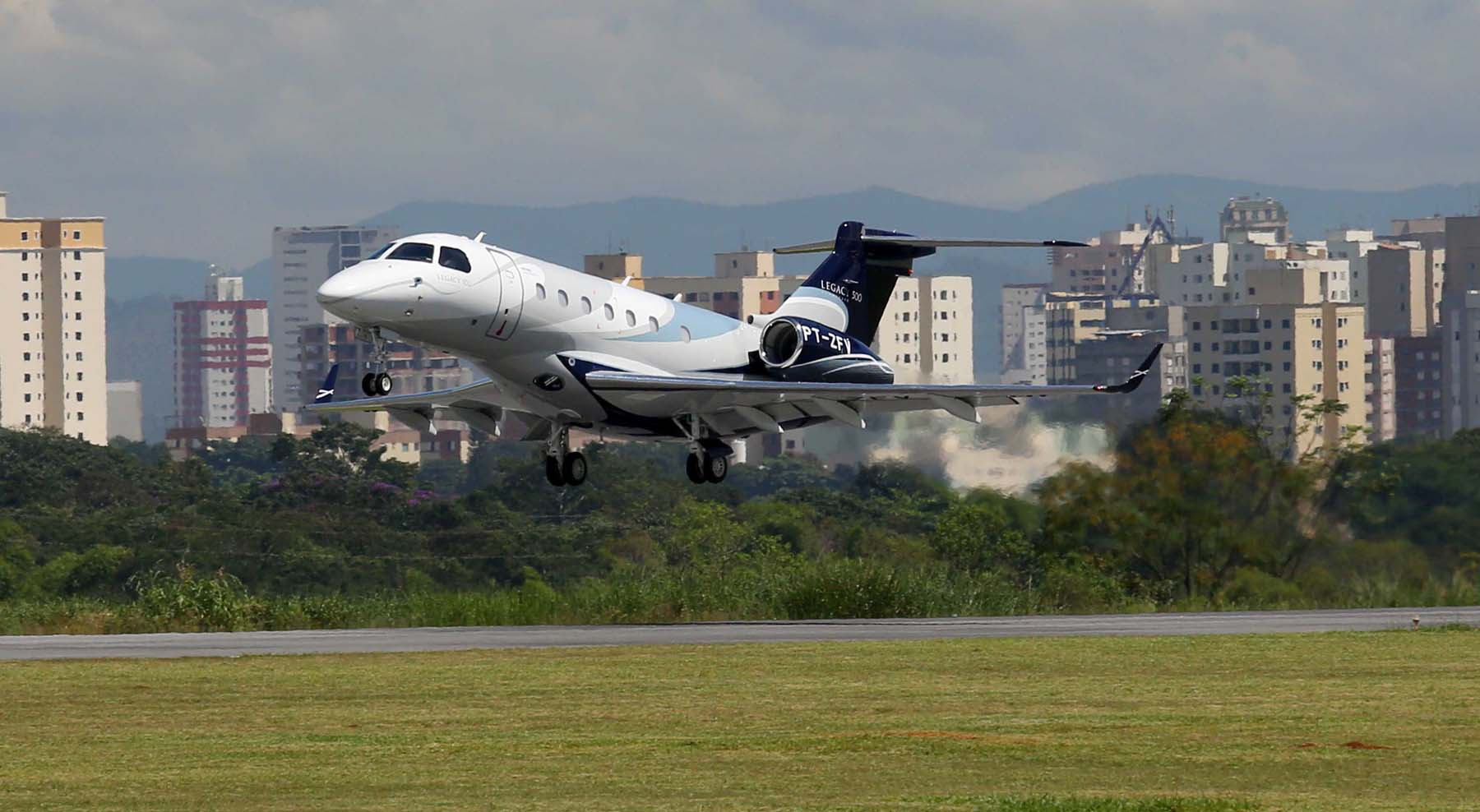 aeroporto - [Brasil] Embraer seleciona aeroporto da Flórida para fazer aviões Voa-terceiro-prot%C3%B3tipo-do-Legacy-500-foto-Embraer