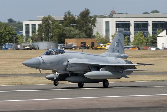 الصين : الحكومة المصرية بدأت الانتاج المشترك لجى اف 17 بعدما اشترت 48 واحدة والصين تصدر المدفع بلز 4 - صفحة 2 JF-17-Farnborough-2010-1-580x388
