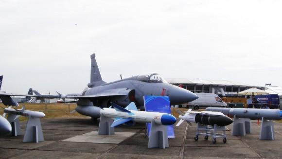 الصين : الحكومة المصرية بدأت الانتاج المشترك لجى اف 17 بعدما اشترت 48 واحدة والصين تصدر المدفع بلز 4 - صفحة 2 JF-17-Weapons-2-580x327