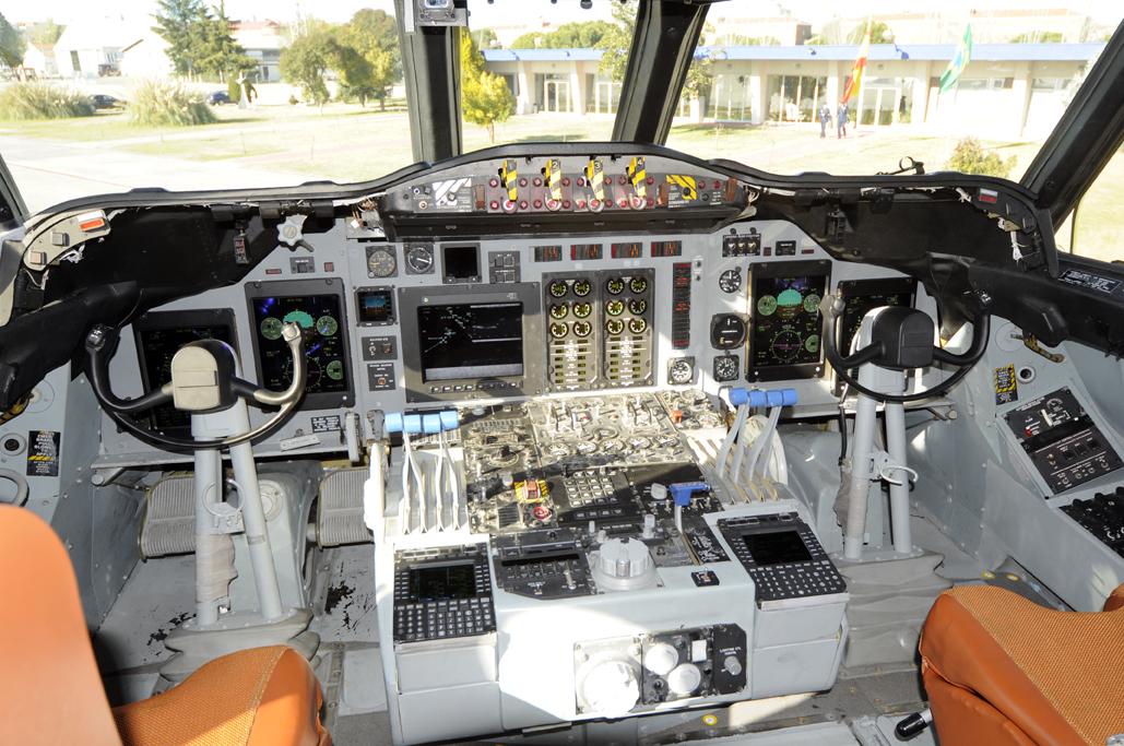 Cockpit del P3-AM de la FAB.  FAB720_cockpit_LEGE_01