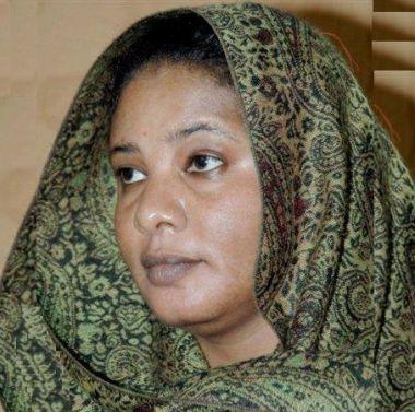 الصحفية لبنى الحسين المتهمة بارتداء البنطال تمثل أمام المحكمة Lubna_al_hussain_0509009
