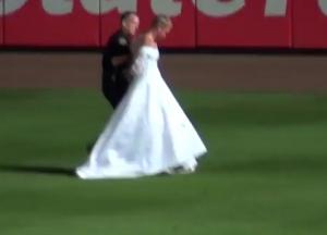 Fansi futet në fushë me fustan nuseje! (VIDEO) Fans_me_fustan