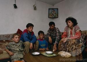 Varferia në Kosovë dhe Shqipëri-POPULLI NË VARFËRI, POLITIKANËT FLEJNË NË MILIONA Varferia_ne_Kosove