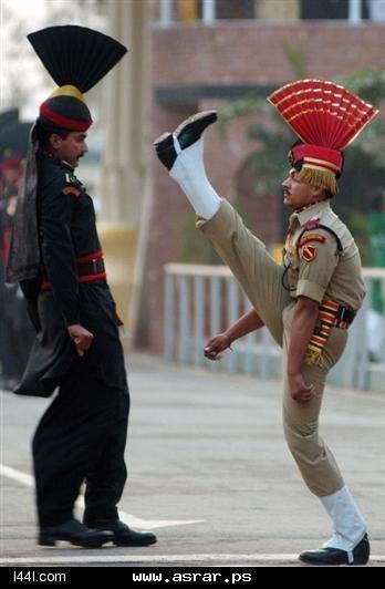 حتى التحية العسكرية عند الهنود غير شكل ..!  747_1246828129