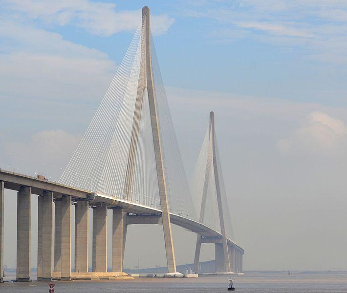 نهر اليانغتسي اطول نهر في آسيا Sutong-Bridge-over-the-Chang-Jiang-Yangtze-River-%E2%80%94-between-Suzhou-and-Nantong-Jiangsu-province-%E2%80%94-southern-China.