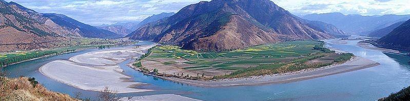نهر اليانغتسي اطول نهر في آسيا The-first-turn-of-the-Yangtze-Changjiang-at-Shigu-%E7%9F%B3%E9%BC%93-Yunnan-Province-where-the-river-turns-180-degree-from-south-to-north-bound-799x198