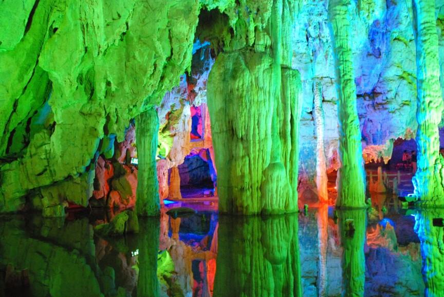 من عجائب خلق الله كهف الالوان السبعة Reed-Flute-Cave-China