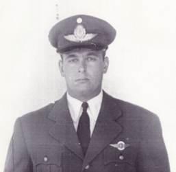 Reconocimiento al Vice Comodoro Mario Olezza Ex Pte del Aeroclub Argentino (1958), en su Heroica hazaña de abrir la ruta Transpolar para la Argentina Vicecomodoro_olezza