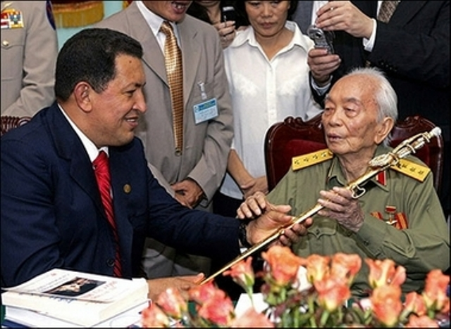 [Vietnam] Felicitaciones al General Vo Nguyen Giap en su centenario   El-comandante-y-el-general-vo-nguyen-giap