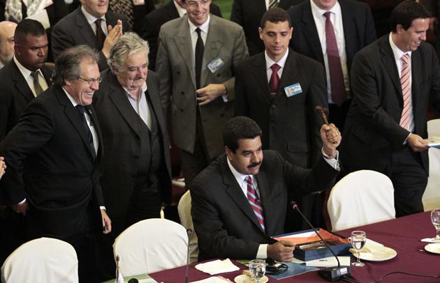 Relaciones politico y Militares Venezuela-Mercosur Maduro_con_el_martillo_simbolico_uruguay_mercosur