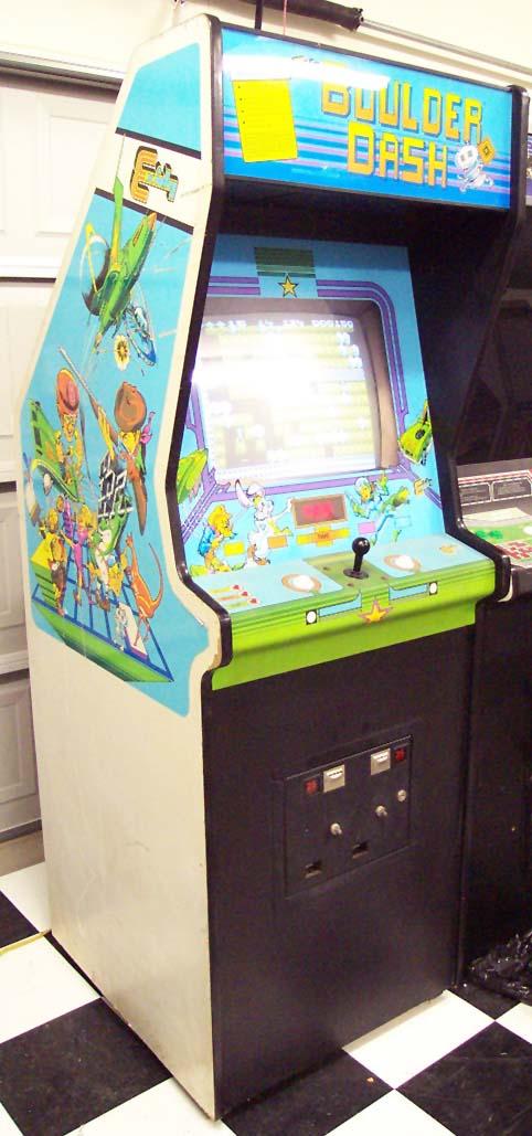 Une borne d'arcade avec un micro 8 ou 16 bits Boulder