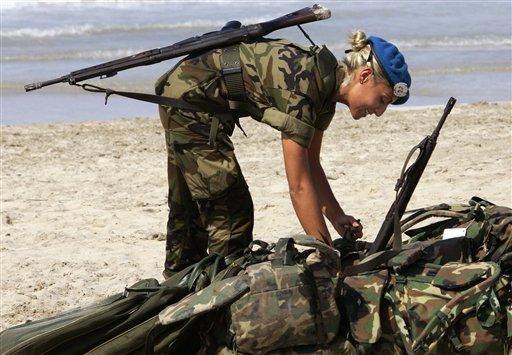 Le kaki au féminin - Page 4 Fn-fal-girl-military