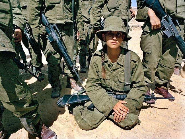 Le kaki au féminin - Page 4 Girl-soldiers-gun-m16