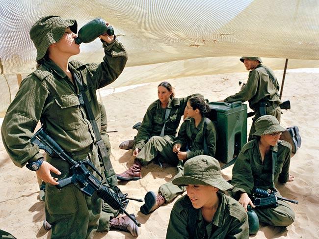 Le kaki au féminin - Page 4 Military-girl-m4-carbine