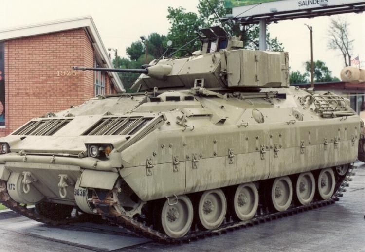 M2 Bradley -Guerre du golf 1991- (Academy, 1/35) - Page 2 Bradley_M2_Infantry_Armored_Vehicle_US_Army_18
