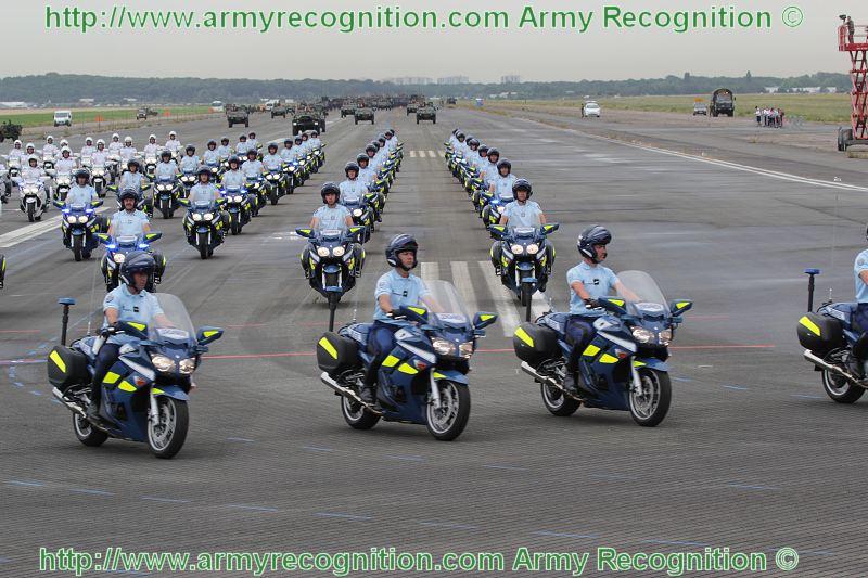 le jeu sans fin.... - Page 2 Escadron_motocycliste_Gendarmerie_departementale_France_French_military_parade_14_july_2010_Paris_002
