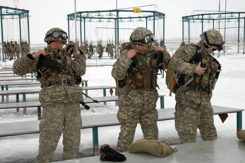 Armées du Kazakhstan  - Page 5 Soldiers_military_combat_field_dress_uniforms_Kazakh_army_Kazakhstan_003