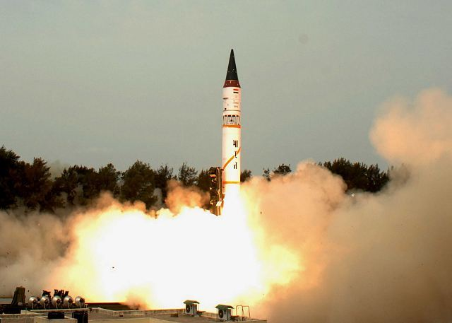 EJERCITO INDIO India_successfully_test-fired_Agni-III_nuclear-capable_surface-to-surface_ballistic_missile_640_001
